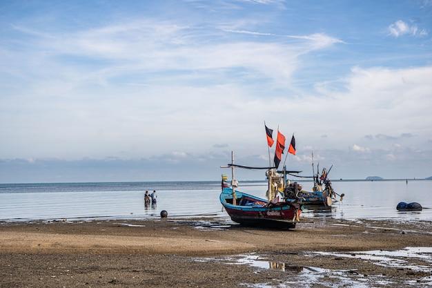 Barcos de pesca na costa na maré baixa na tailândia