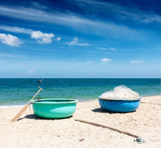 Barcos de pesca na praia. mui ne, vietnã