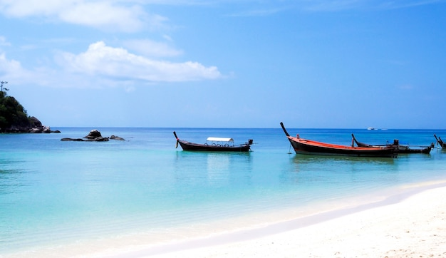 Barcos de pesca no mar azul na bela ilha de koh lipe