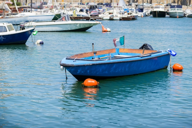 Barcos de pesca no pequeno porto de bari, apúlia