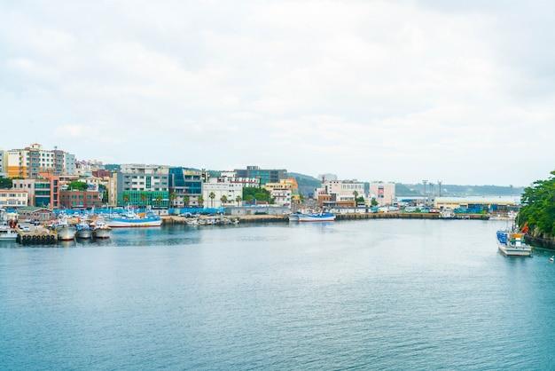 Barcos de pesca no píer do porto de seogwipo