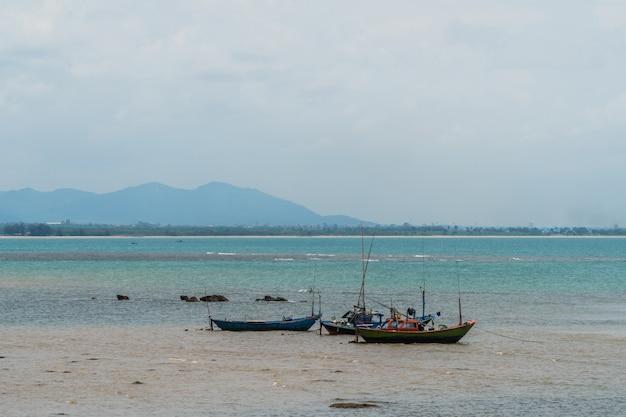 Barcos de pesca, pequenos barcos flutuando no mar