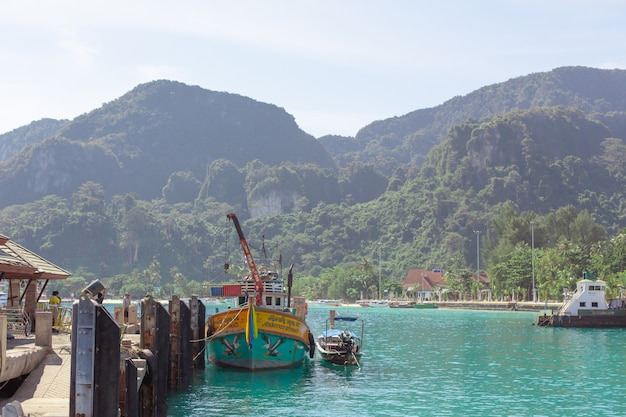 Barcos de pesca tailandeses tradicionais embrulhados com fitas coloridas.