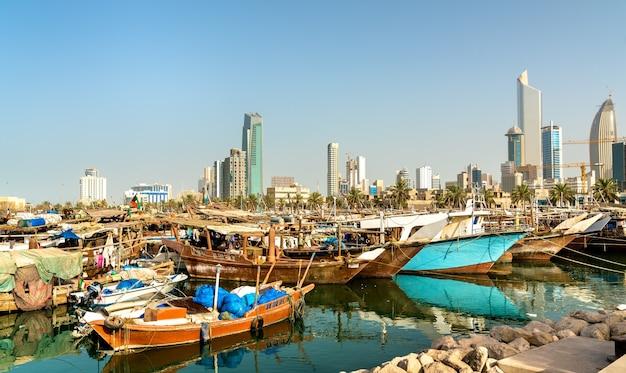 Barcos de pesca tradicionais na cidade do kuwait