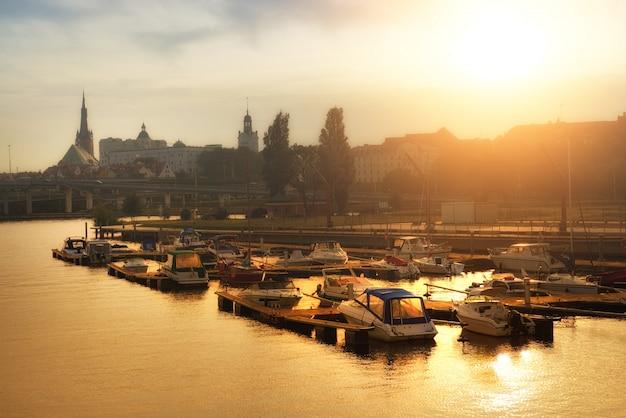 Barcos de pescadores e iates em um pôr do sol, szczecin, polônia