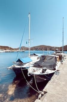 Barcos de pescadores no porto de kalamitsi no norte da grécia