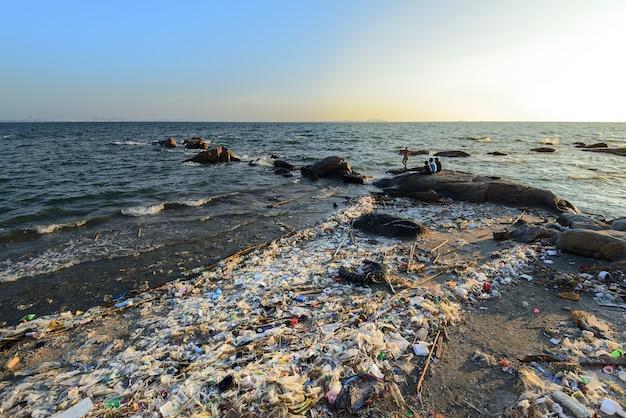 Barcos de plástico na costa