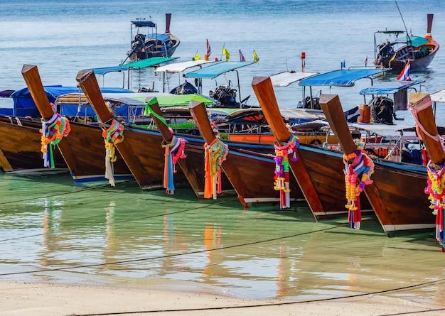 Barcos de táxi esperando por turistas em ao ton sai na ilha de phi phi