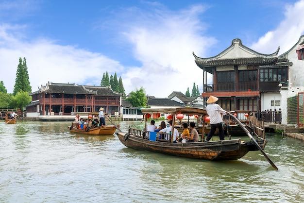 Barcos de turismo tradição china em canais de shanghai zhujiajiao água cidade em xangai, china