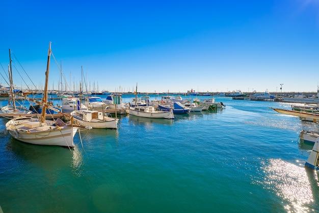 Barcos do porto de cambrils em tarragona catalunha