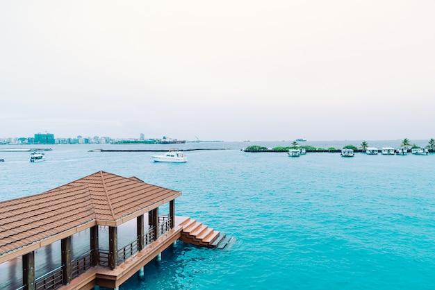 Barcos e balsas no porto fora do aeroporto de velana em hulhule.