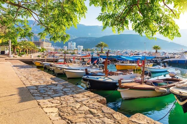 Barcos e iates em dukley marina, budva, montenegro.