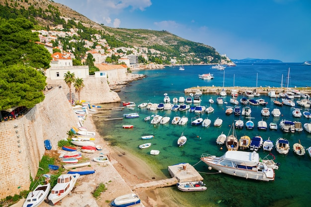 Barcos e iates no antigo porto de dubrovnik, croácia