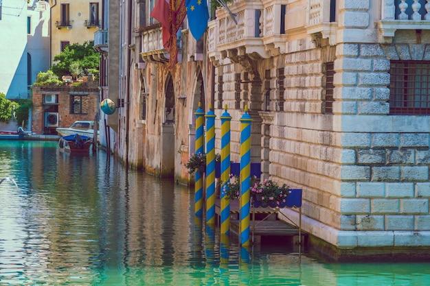 Barcos em canais estreitos em veneza, itália.