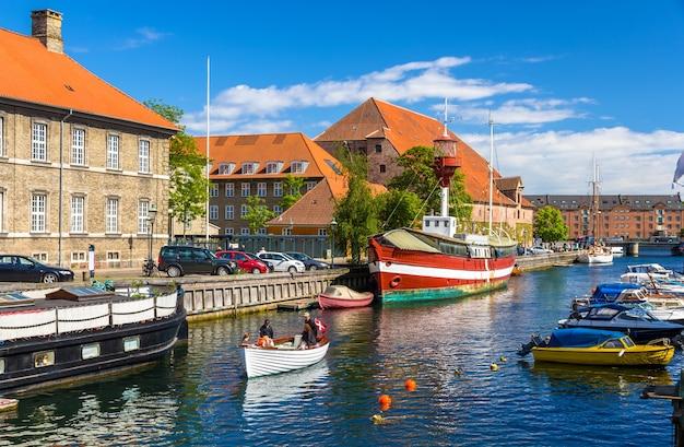 Barcos em um canal em copenhague