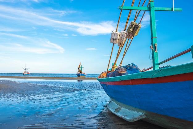 Barcos estacionados pelo mar e o lindo céu no verão