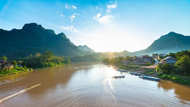 Barcos, ligado, rio nam sai, em, nong, khiaw, villlage, laos