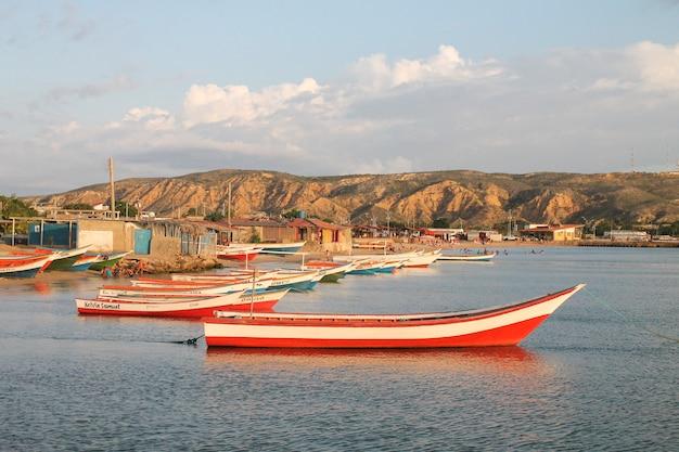 Barcos na costa da praia