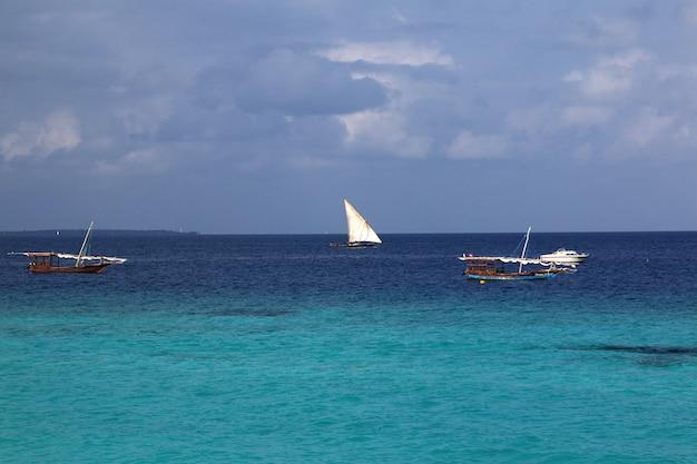 Barcos na praia de nungwi de zanzibar, tanzânia