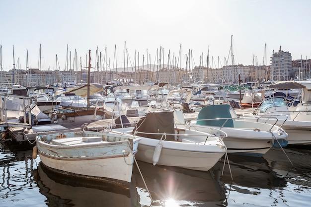 Barcos no antigo porto de marselha. turismo e viagens. dia ensolarado. paisagem bonita.