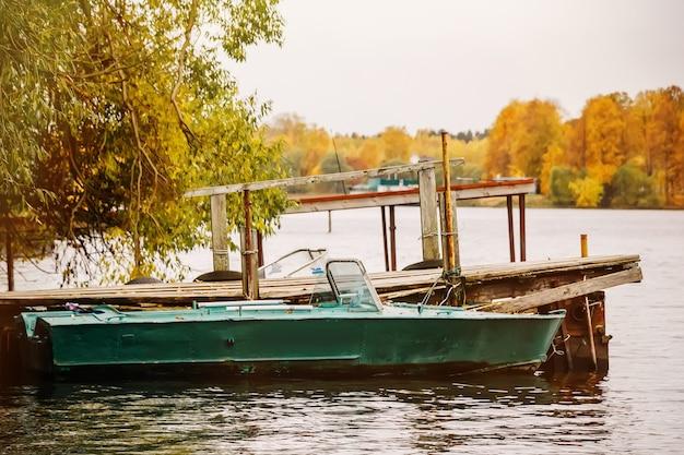 Barcos no cais no outono em uma tarde nublada
