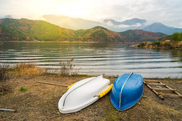 Barcos no lago kawaguchiko, japão