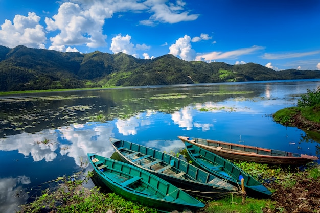 Barcos no lago pokhara fewa