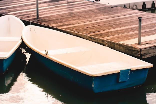 Barcos no píer de madeira