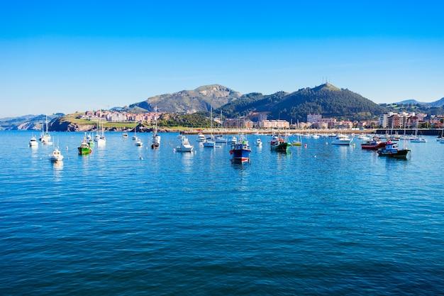 Barcos no porto de castro urdiales. castro urdiales é uma pequena cidade na região da cantábria, no norte da espanha.