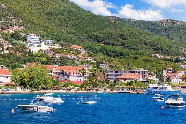 Barcos pela costa do mar adriático, na baía de kotor, montenegro.