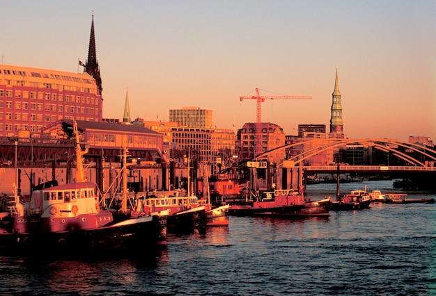 Barcos pesca, amarração, ligado, água, em, urbano, porto, em, amanhecer