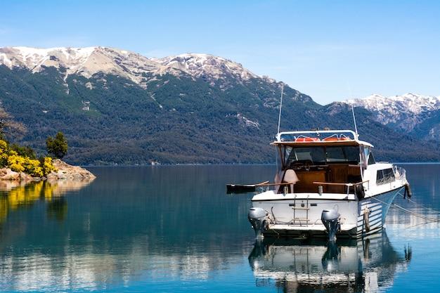 Barcos que navegam na água calma do lago.
