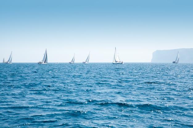 Barcos regata de vela com veleiros no mediterrâneo