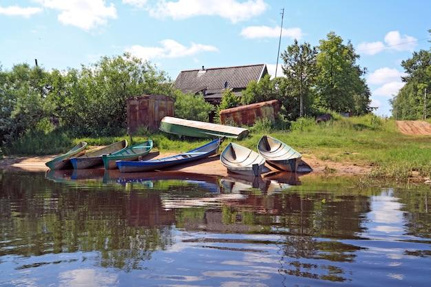 Barcos rurais no rio costa