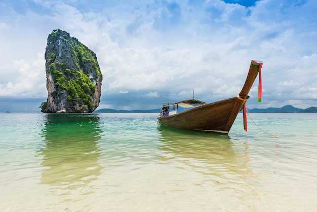 Barcos tailandeses e marco na ilha de po-da, província de krabi