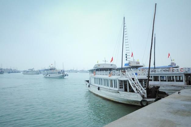 Barcos turísticos na baía de halong