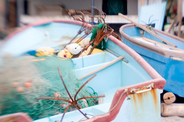 Barcos vazios com ganchos de pesca