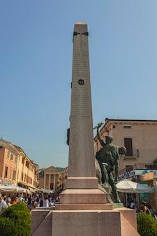 Bardolino, itália 16 de setembro de 2020: estela histórica em bardolino, na itália