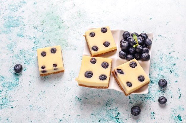 Bares de cheesecake de mirtilo com mel e frutas frescas.