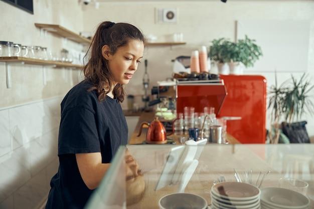 Barista atendendo o pedido no café do cliente. conceito de café e pequena empresa de café.