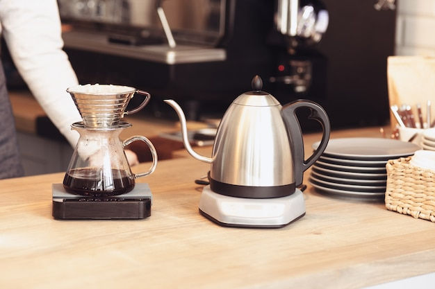 Barista, café, fazendo café, preparação e conceito de serviço