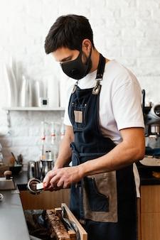 Barista de dose média preparando café