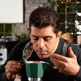 Barista de perto com cheiro de café