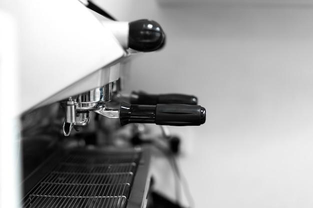 Barista em uma cafeteria fabrica café em uma máquina de café