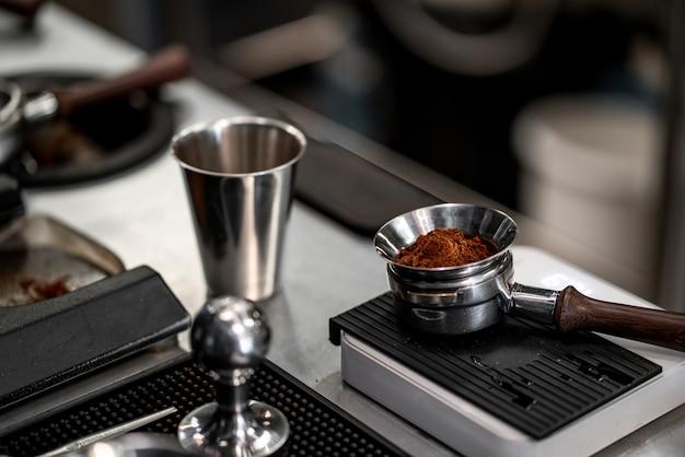 Barista está fazendo um café na barra de máquinas.