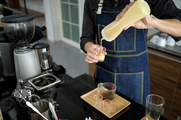 Barista está preparando drinques na cafeteria
