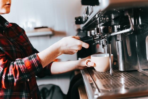 Barista faz café aromático.