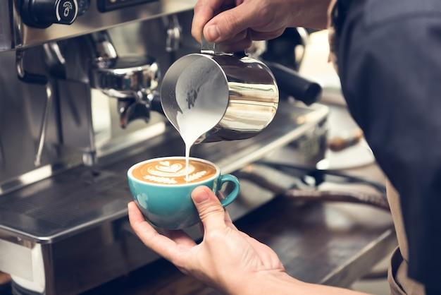 Barista fazendo café de arte latte forma latte