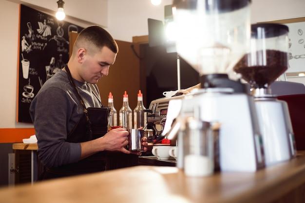 Barista fazendo café usando uma máquina de café