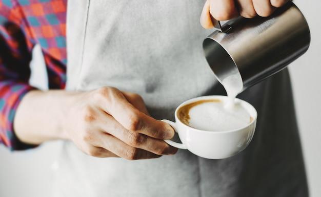 Barista fazendo cappuccino clássico